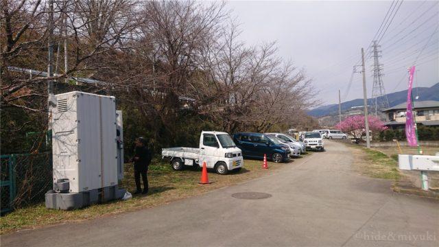 今回停めた駐車場と仮設トイレ(左)