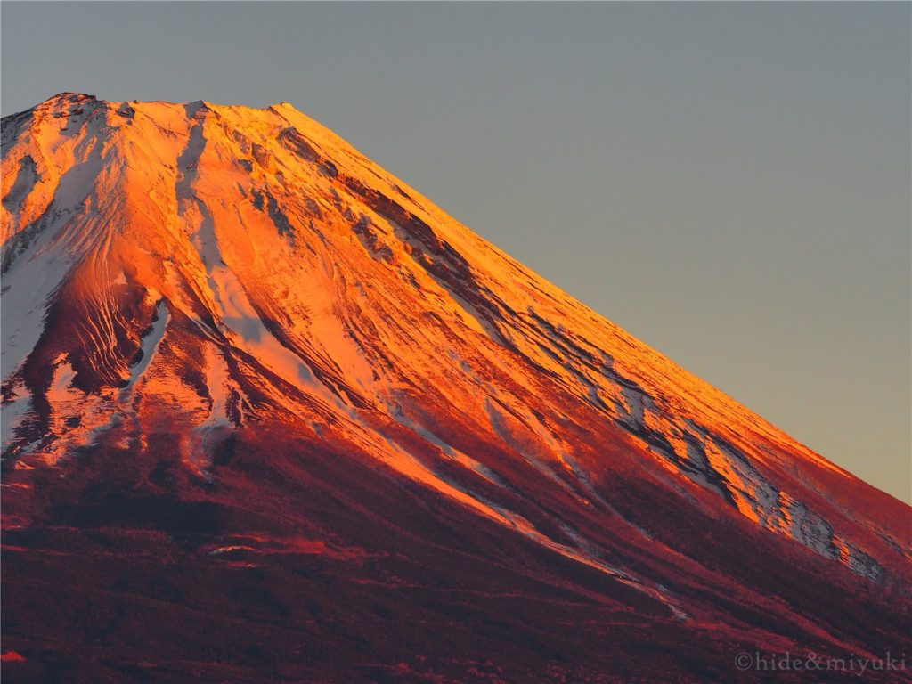 夕日に照らされる富士山。彩度増し、暗めで。