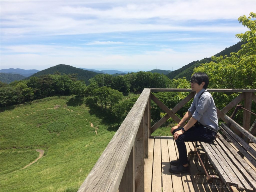 砥峰高原の美しさに感動する男の子(26)