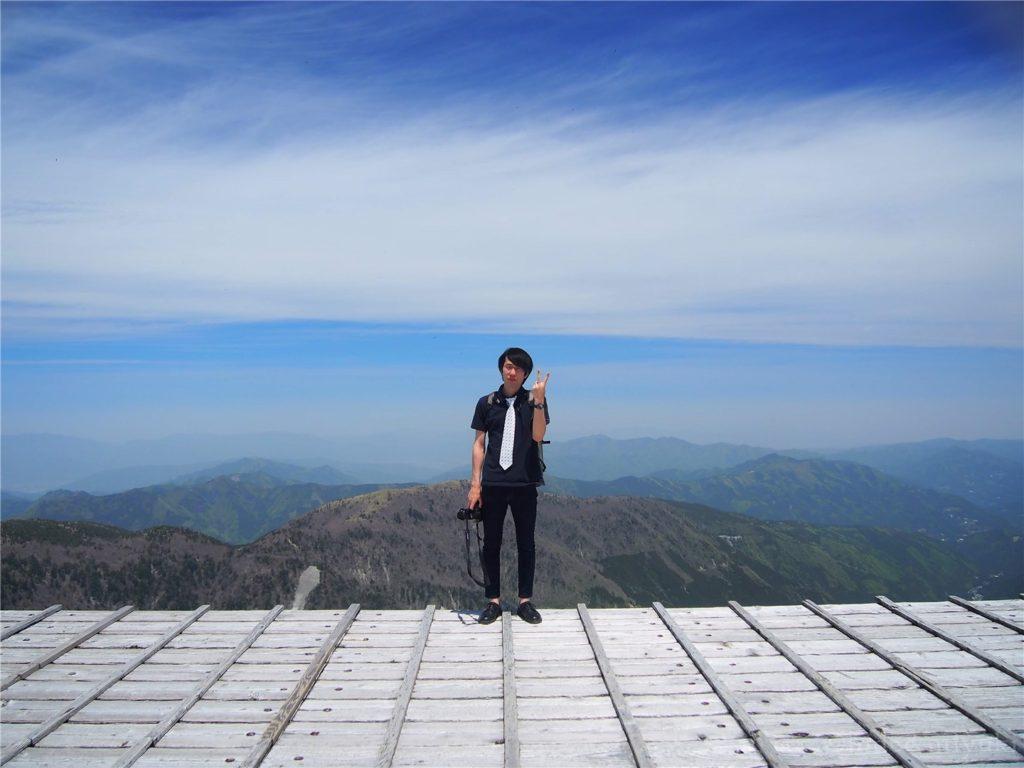 剣山山頂付近の木製ステージで撮影してもらいました