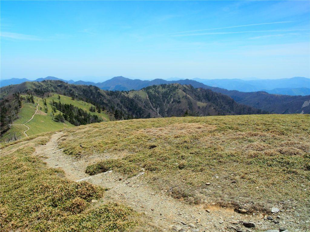 剣山山頂の手前あたり。どこも絶景です。