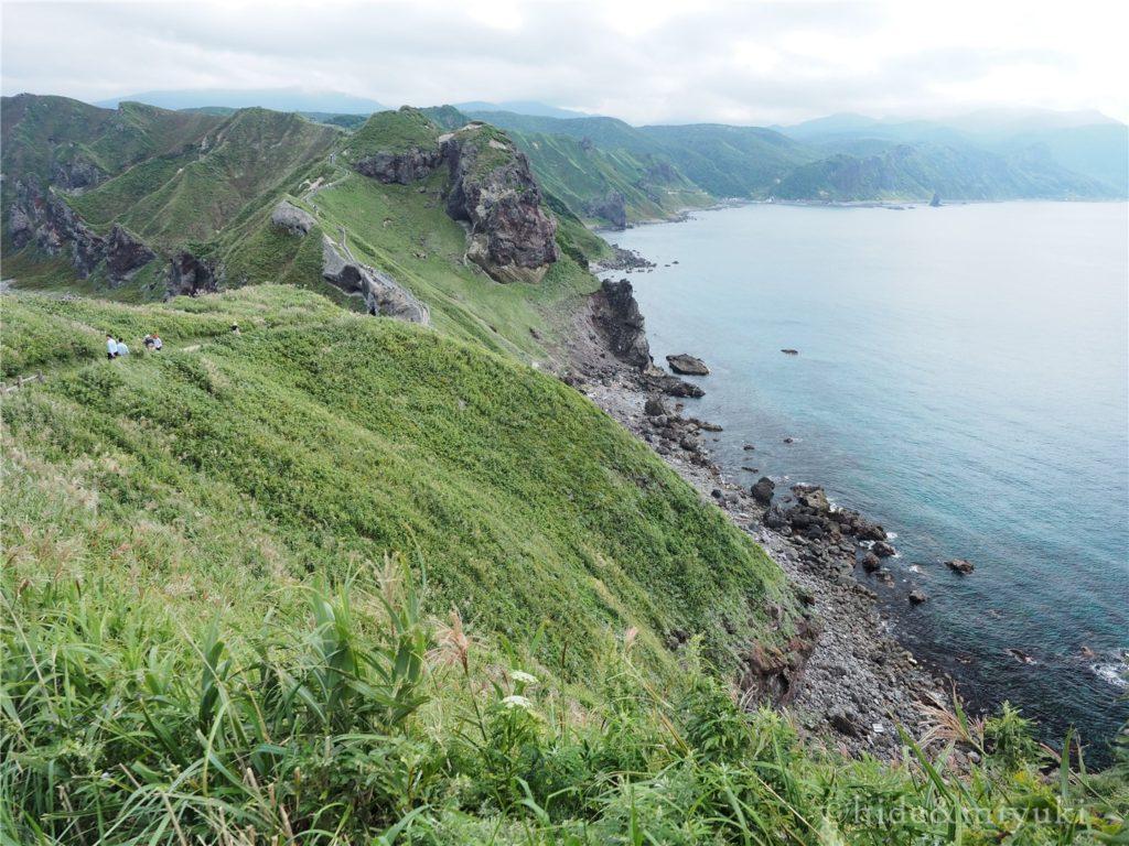 神威岬の先端近くから元の方向を眺める
